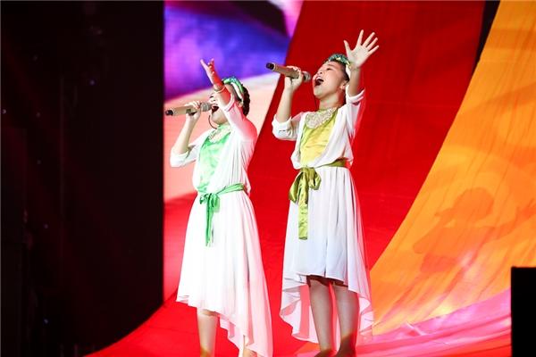 Ở thử thách song ca, hai cô công chúa nhỏ của Noo Phước Thịnh là Mai Anh và Khánh Ngọc sẽ biểu diễn đầu tiên. Hai em cùng nhau hoà giọng qua bản mashup 2 ca khúc: Giếng làng và Ôi quê tôi. - Tin sao Viet - Tin tuc sao Viet - Scandal sao Viet - Tin tuc cua Sao - Tin cua Sao