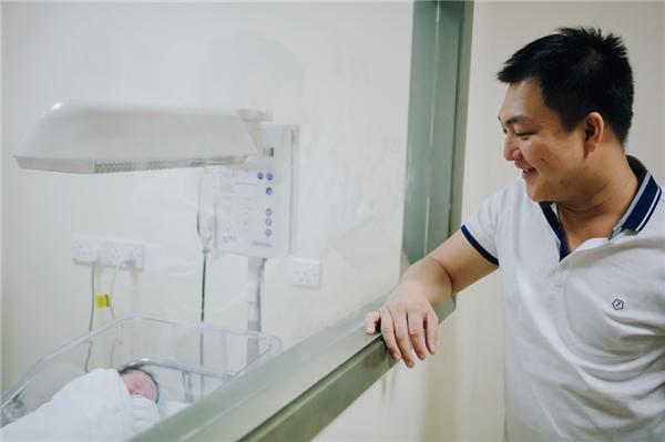 Theo thông tin từ gia đình người đẹp cho biết em bé nặng 3,2kg và được Dương Cẩm Lynh đặt tên thân mật làWilliam và chào đời bằng phương pháp sinh mổ. - Tin sao Viet - Tin tuc sao Viet - Scandal sao Viet - Tin tuc cua Sao - Tin cua Sao