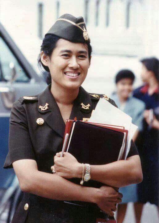 Bà là Thiếu tướng quân đội Hoàng gia Thái Lan, chuẩn Đô đốc danh dự Hải quân Hoàng gia và là Phó Nguyên soái danh dự không quân Hoàng gia.