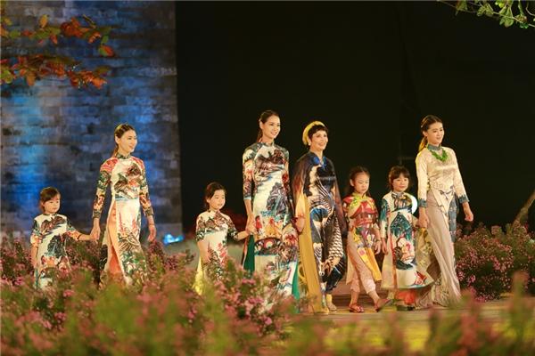 Trên sàn diễn, nghệ sĩ Minh Châu và Dương Dung Next Top đã trình diễn bộ sưu tập của Hoa hậu Việt Nam 2010.