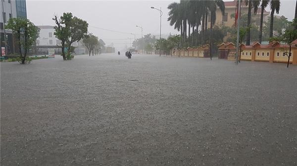 Gần 6 tiếng mưa lớn, TP. Đồng Hới đã ngập nặng (Ảnh: Phong Dương)