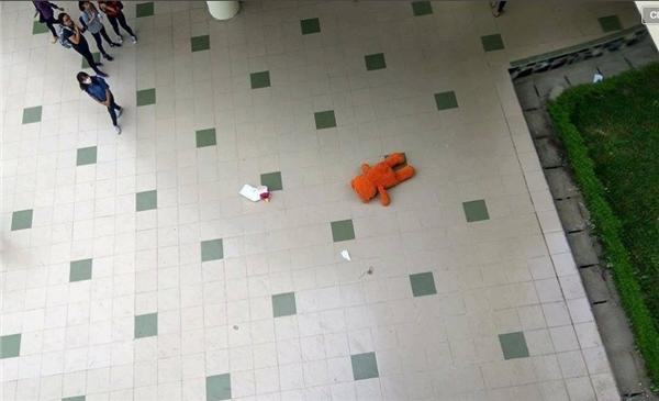 Gấu bông và hoa bị chàng trai vứt xuống sân trường sau màn tỏ tình thất bại.
