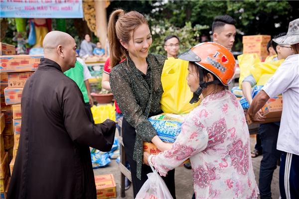 Thu Hoài đã trao 200 phần quà cho những hộ dân nghèo của địa phương. Các hàng hóa đều được đích thân Thu Hoài lựa chọn và mang đến nơi đây. Với cô, dù công việc kinh doanh khá bận rộn nhưng hoạt động thiện nguyện là điều Thu Hoài luôn trăn trở và mong muốn được thực hiện nhiều hơn.