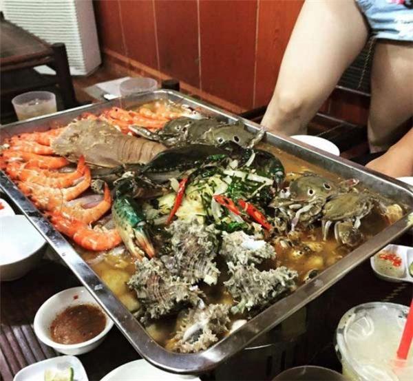 Ảnh thực tế và ảnh quảng cáo về nồi lẩu hải sản 2 triệu ở Hà Nộikhiến nhiều người choáng váng.