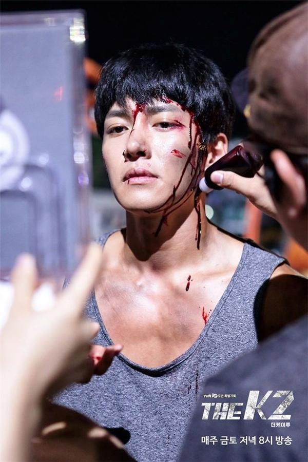 Ở cảnh này, ê-kíp hóa trang tạo máu giả cho Ji Chang Wook.