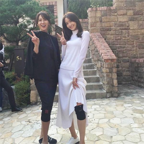 """""""Con chồng - mẹ ghẻ"""" Song Yoona và Yoona ngoài đời chụp ảnh thân thiết. Trong phim, nhân vật của nữ diễn viên họ Song rất căm ghét Yoona."""