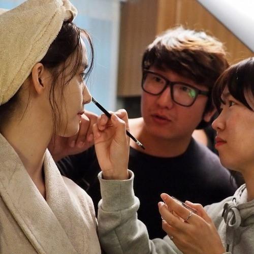Yoona được chăm chút trước khi quay cảnh ăn mì tôm.