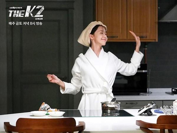 Nhân vật của Yoona nhảy nhót trong khi đợi mì chín. Trong video hậu trường, kiều nữ Kpop vẫn tiếp tục nhí nhảnh ngay cả khi máy quay ngừng.