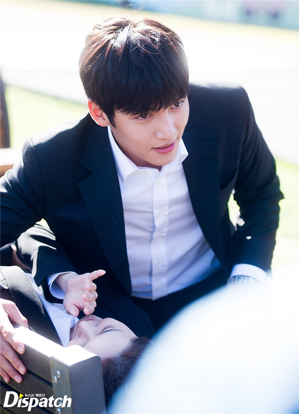 Đây là màn chạm môi đầu tiên của Ji Chang Wook và Yoona trong phim. Cả hai đã chăm chỉ diễn tập trước cho cảnh quay này.