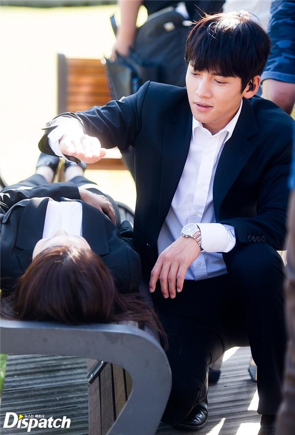 Ji Chang Wook thể hiện sự ga lăng khi dùng tay che nắng cho Yoona trong lúc chờ mọi thứ vào vị trí.