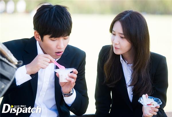 Trái với cảnh quay đẫm nước mắt trong phim, cả hai cùng nhau ăn kem rất vui vẻ…