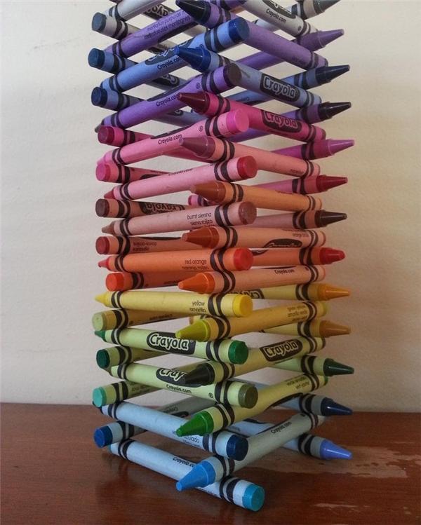 """Nếu được sắp xếp kĩ lưỡng, những cây bút màu sẽ tạo thành tòa tháp có hiệu ứng """"ombe"""" cực thích mắt."""