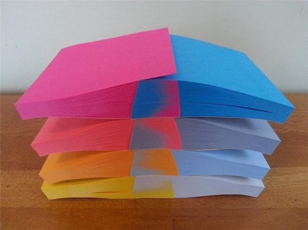 Các quyển sổ note hòa vào nhau tạo nên một màu sắc rấtkì ảo, khiến bạn không tin là có ngoài đời thực.