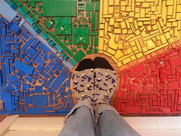 Có ai lại muốn dẫm chân lên những miếng lego đẹp thế này cơ chứ.