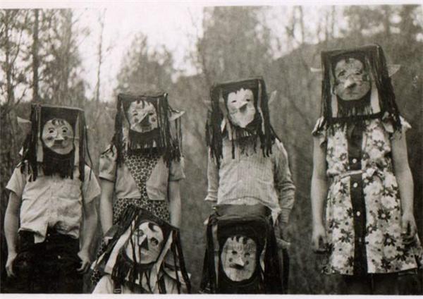 Vào mùa Halloween, cả làng chỉ còn cách đóng cửa nhốt mình trong nhà vì đám thanh niên lầy lội này đây.