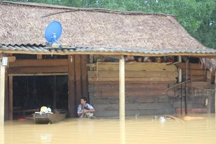 Hàng ngàn ngôi nhà bị ngập trong lũ ở Hà Tĩnh.
