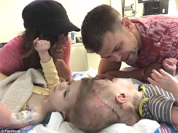 Cha mẹ của hai bé cảm thấy vừa buồn vừa vui cho sức khỏe tương lai của con mình.