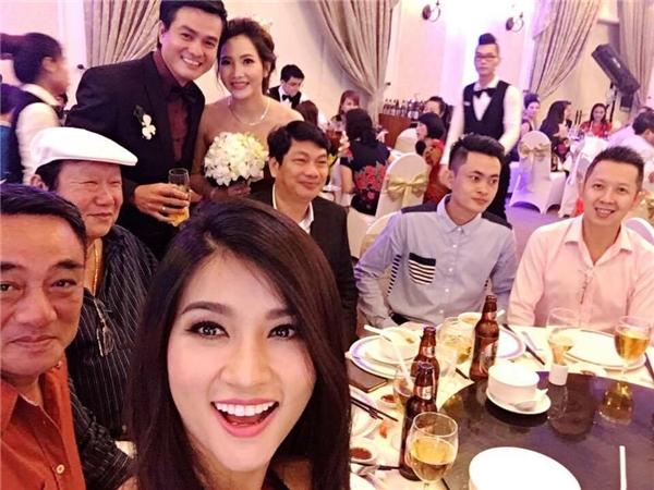Kim Tuyến chia sẻ hình ảnh đi ăn đám cưới của nam diễn viên Cao Minh Đạt trên trang cá nhân. Bức ảnh nhanh chóng thu hút sự quan tâm của cộng đồng mạng.