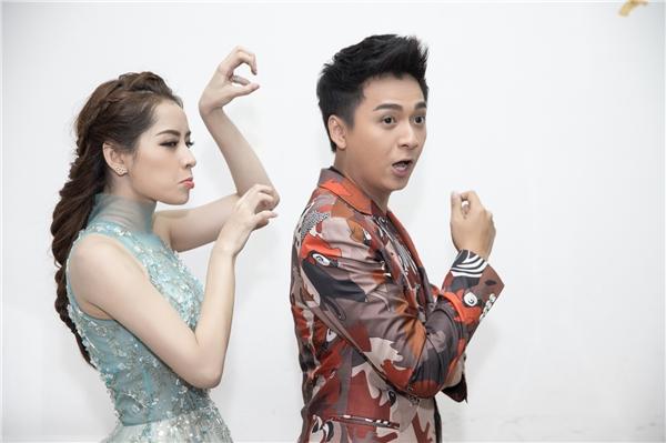 Hơn thế, nữ diễn viên còn hay bày trò trêu chọc người bạn dẫn Ngô Kiến Huyđem lại không khí thoải mái, vui vẻ trong hậu trường.