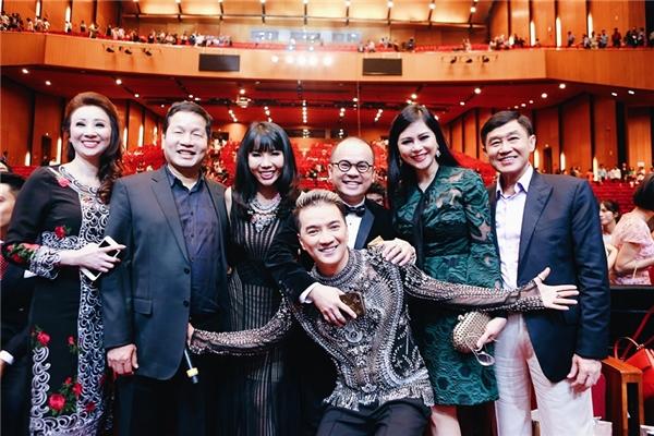 Bố mẹ chồng Hà Tăng - doanh nhân Johnathan Hạnh Nguyễn và doanh nhân Thủy Tiên cũng có mặt trên hàng ghế VIP của Diamond Show. - Tin sao Viet - Tin tuc sao Viet - Scandal sao Viet - Tin tuc cua Sao - Tin cua Sao