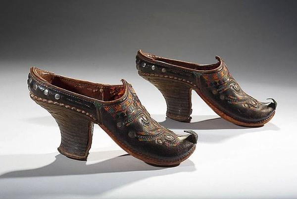 Đàn ông ở Afghanistan vào những năm 1850 sử dụng loại giày mũi cong, thiết kế chăm chút từng chi tiết nhỏ.
