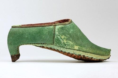 Đôi giày được làm bằng da cá mập của đàn ông vùng Tây Á.