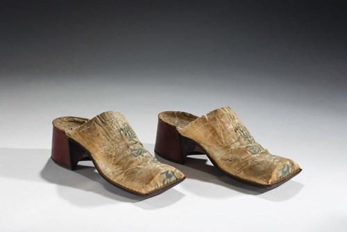 Giày mule da của nam giới vào thế kỷ XVII với thiết kế đế thô, mũi bằng đặc trưng.
