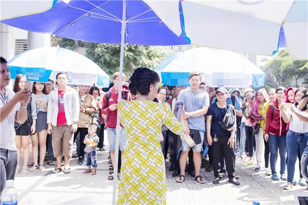 Đúng giờ thông báo, nghệ sĩ Việt Hương diện áo dài cách tân xuất hiện, ngay lập tức thu hút sự chú ý của tất cả mọi người. Nữ danh hài tận tình kí tên lên những tấm vé và gửi tặng đến các bạn sinh viên. - Tin sao Viet - Tin tuc sao Viet - Scandal sao Viet - Tin tuc cua Sao - Tin cua Sao