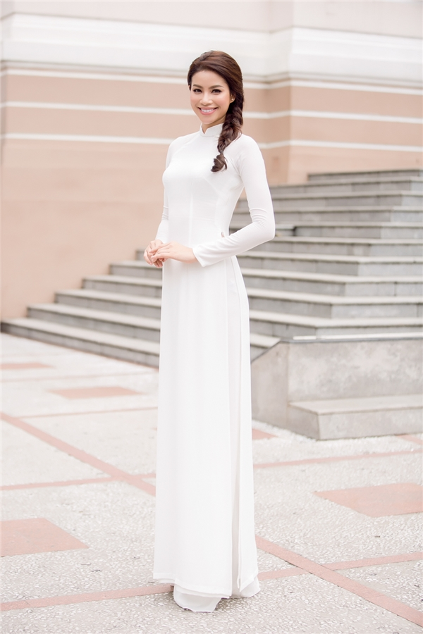 Xuất hiện tại chương trình, Hoa hậu Phạm Hương chọn bộ áo dài trắng vô cùng giản dị và nền nã. - Tin sao Viet - Tin tuc sao Viet - Scandal sao Viet - Tin tuc cua Sao - Tin cua Sao
