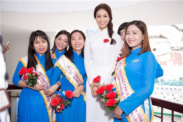 Phạm Hương từng là giảng viên tại ngôi trường trênnên sự xuất hiện của cô được chào đón nhiệt liệt từ ban giám hiệu, các thầy cô và hơn 1000 sinh viên của trường. - Tin sao Viet - Tin tuc sao Viet - Scandal sao Viet - Tin tuc cua Sao - Tin cua Sao