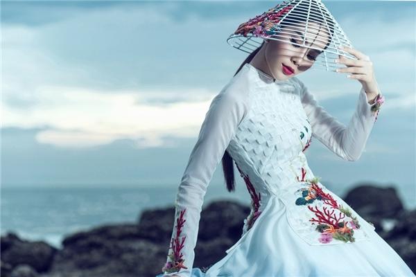 Trang phục sử dụng 2 tông màu chủ đạo là trắng và xanh, lấy cảm hứng từ đại dương xanh ngát kết hợp những con sóng trắng ngần có lúc thật mạnh mẽ, kì vĩ, có lúc lại dịu dàng, êm ái. Hình ảnh đó giống như tính cách của người phụ nữa ViệtNamvừa thuần khiết, dịu dàng, đôi lúc lại rất mạnh mẽ, kiên cường.