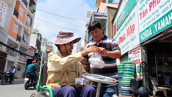 """Người Việtnói chung và người Sài Gòn nói riêng có châm ngôn sống đơn giản lắm, chỉ gói gọn trong hai chữ """"làm phước"""" -nghe gọn mà nhẹ như lông hồng.(Ảnh minh họa - Nguồn: Internet)"""