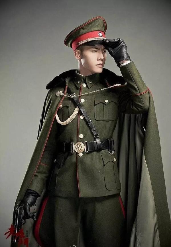 """Tạo hình của Trần Vỹ Đình trong trang phục quân nhân khiến cộng đồng yêu phim """"sôi sục""""."""