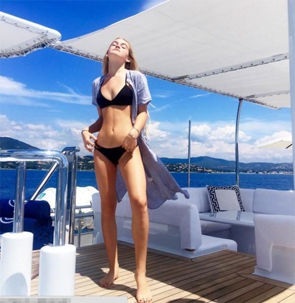 Vóc dáng thanh mảnh cùng body quyến rũ đã giúp Faith Schroder nhanh chóng trở thành gương mặt được chú ý trên mạng xã hội.