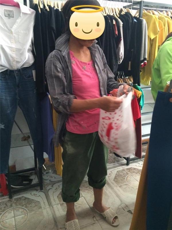 Người mẹ với bộ đồ lao động đơn sơ vào một cửa hàng thời trang để mua áo cho con gái. (Ảnh: Internet, Nguồn: Tổng hợp)
