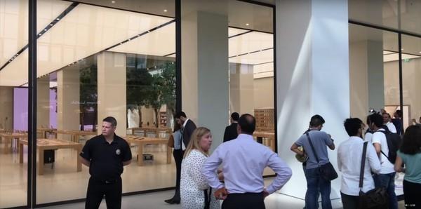 An ninh luôn được đảm bảo tại trung tâm mua sắm này với lực lượng an ninh được bố trí khắp nơi.(Ảnh: internet)
