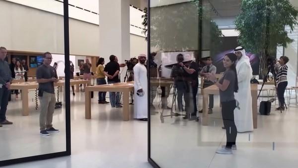 Hệ thống cửa kính thông minh, từ ngoài có thể nhìn xuyên thấu vào bên trong cửa hàng.(Ảnh: internet)