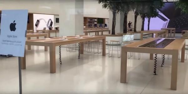 Khu vực bàn trưng bày sản phẩm của cửa hàng với thiết kế khá đơn giản.(Ảnh: internet)