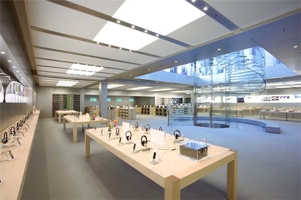 Mẫu đồng hồ thông minh Apple Watch với giá đắt đỏ cũng có mặt tại cửa hàng này.(Ảnh: internet)