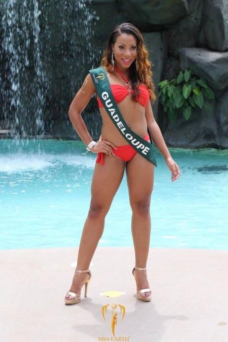 Đại diện đến từ Guadeloupe có vòng hai ngấn mỡ lên đến 75 cm. Trong những năm qua, chất lượng thí sinh của Hoa hậu Trái đất không được kiểm duyệt kĩ dẫn đến việc xuất hiện một số ca độc, lạ.