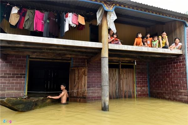 Nhiều sao Việt không khỏi xót xa trướchình ảnh đồng bào miền Trung sống chung với cơn lũ lịch sử(Ảnh: Zing News) - Tin sao Viet - Tin tuc sao Viet - Scandal sao Viet - Tin tuc cua Sao - Tin cua Sao