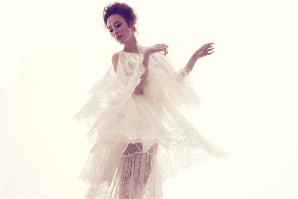 Trên nền phom váy rộng phóng khoáng, Angela Phương Trinh như đang thực hiện một vũ khúc ren ngọt ngào khi trời vào thu với sự mềm mại, nhẹ nhàng. Dù tạo nên một làn sóng mạnh mẽ nhưng đây không phải là lần đầu tiên Đỗ Mạnh Cường vận dụng chất liệu này. Vào năm 2012, nhà thiết kế 8X cũng từng làm xao lòng giới mộ điệu với những thiết kế ren trên sàn diễn Elle Fashion Show.