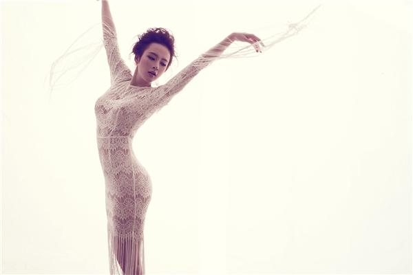 Phom váy cocktail ôm sát cổ điển được Đỗ Mạnh Cường cách điệu với những nét mềm mại ở tay, chân váy. Chất liệu ren mỏng manh đã, đang và sẽ tiếp tục trở thành nguồn cảm hứng sáng tạo bất tận của nhà thiết kế họ Đỗ trong thời gian tới.