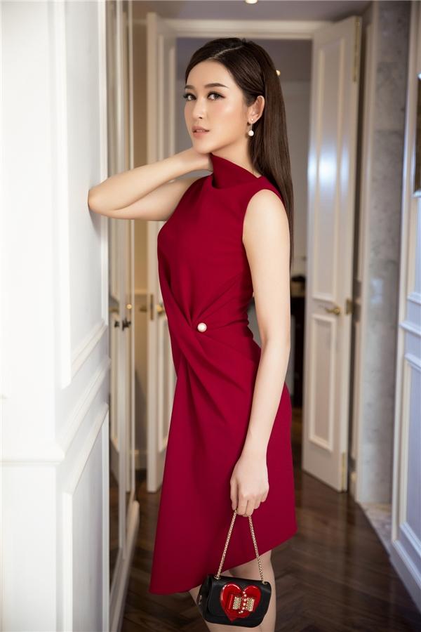 Huyền My trông vô cùng sang trọng với sắc đỏ rượu kết hợp phom váy bất đối xứng đang rất thịnh hành.