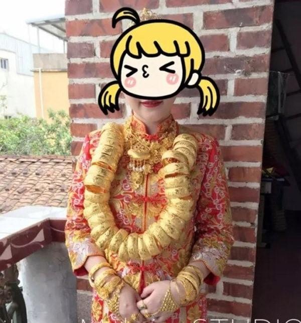 Hơn 20 chiếc vòng vàng treo lên cổ cô dâu.