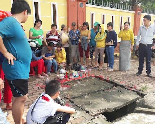 Người thân, gia đình không nén đượcchua xót bên hiện trường nơi em mất tích. (Ảnh:Dương Thanh)