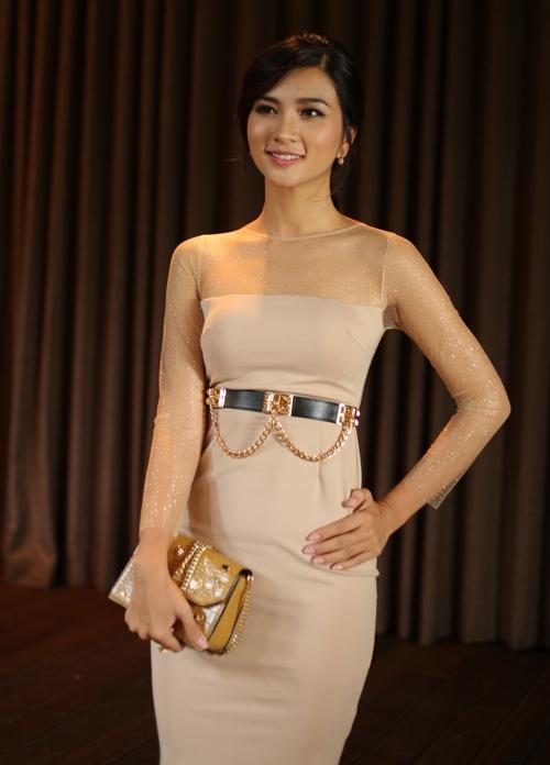 Diện trang phục với sắc hồng pastel hợp xu hướng nhưng Kim Tuyến trông lỗi mốt bởi lớp vải lót ánh kim ở tay cùng đai thắt bằng da, kim loại.