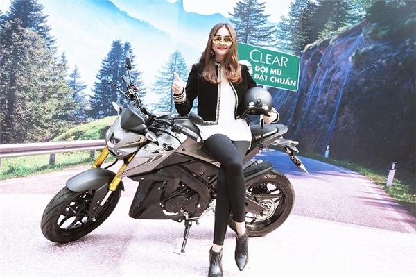 Siêu mẫu rạng ngời bên chiếc xe moto và mũ bảo hiểm chuẩn ngầu Clear.
