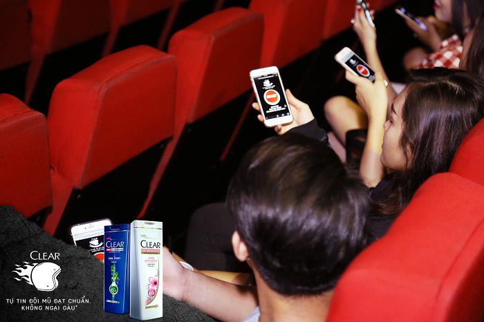 Ngay trong rạp chiếu phim, các bạn trẻ đã được hướng dẫn để tham gia mini game cùng Clear.