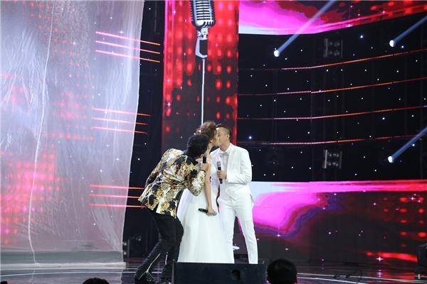 """Tận dụng cơ hội, MC Thanh Bạch liền """"giăng bẫy"""" bắt các hai thí sinh phải hôn nhau ngay trên sân khấu. - Tin sao Viet - Tin tuc sao Viet - Scandal sao Viet - Tin tuc cua Sao - Tin cua Sao"""